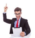 die Freude am Lesen der guten Nachrichten auf der Tablette Lizenzfreie Stockfotografie