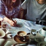 Die Freunde, die Standort suchen, entspannen sich Ferien-Wochenenden-Konzept stockfoto