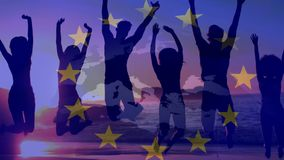 Die Freunde zusammen springend am Strand mit europäischer Flagge und Karte stock video