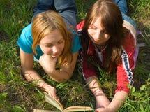 Die Freundinnen lasen das Buch. stockfotografie