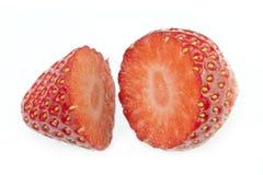 Die frische Erdbeere-Frucht, die trennte eingeschnitten wurde beinahe, Weiß Stockfotografie