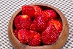Die frischen Erdbeeren im woonden rollen auf der Matte Stockfotografie