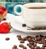 Die frischen Kaffeebohnen stellt heißes Getränk und Decaf dar lizenzfreie stockfotografie
