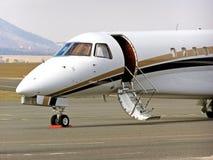 Die Front der Flugzeugkabine beim Parken Lizenzfreie Stockfotografie