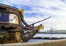 Die Front der Fregatte mit einer goldenen Statue und einem goldenen Löwe Stockbilder