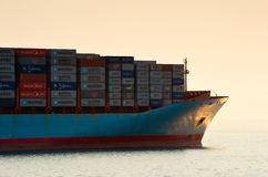 Die Front des Containerschiffs Svend Maersk bei Sonnenuntergang Primorsky Krai Ost (Japan-) Meer 19 04 2014 Lizenzfreie Stockbilder