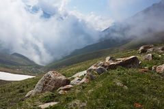 Die Front von kompakten weißen Wolken in der Schlucht ist es in mou hoch lizenzfreie stockbilder