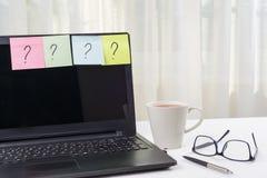Die Funktionstabelle des Freiberuflers Aufkleber mit Fragezeichen halten an dem Laptop fest Lizenzfreie Stockfotografie