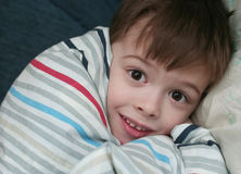 Die Furcht vor dem Jungen, der in einem Bett schläft Stockfoto