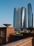 Die futuristischen Wolkenkratzer in Abu Dhabi Lizenzfreie Stockfotografie
