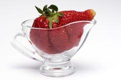 Die ganze Erdbeere in einem Vase lizenzfreie stockfotos