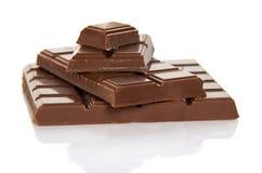 Die ganze Fliese der Milchschokolade und der Scheiben auf Weiß Stockbilder