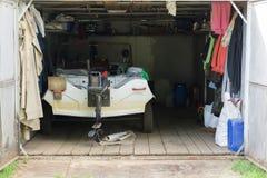 Die Garage mit einem Motorboot nach innen Lizenzfreie Stockbilder