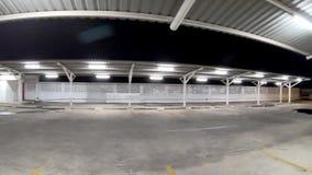 Die Garage wird vom Stahl und von der Blechtafel auf dem Parken an der Nacht und am hellen Licht errichtet stock video footage