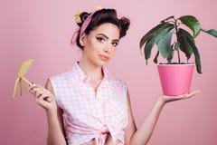 Die Gartenarbeit ist mehr als Hobby Hübsches Mädchen in der Weinleseart Stift herauf Frau mit modischem Make-up Pinupmädchen mit  lizenzfreie stockbilder