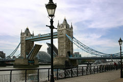 Die geöffnete Kontrollturm-Brücke - London - England stockbilder