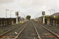 Die geüberholte Stationsplattform und automatische die Schienenüberfahrt am townland von Bellerena in der Grafschaft Londonderry, Lizenzfreie Stockbilder