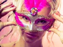 Die gealterte Frauenmitte hält Karnevalsmaske Lizenzfreie Stockfotos