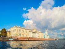 Die Gebäude der St- Petersburgakademie von Wissenschaften und von Kunstkamera auf Vasilevsky-Insel in St Petersburg, Russland Stockbild