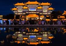 Die Gebäude-Reflexion nachts Stockfotografie