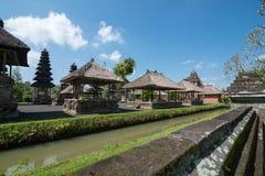 Die Gebäude und das Pool innerhalb Pura Taman Ayuns in Bali, Indonesien stockfotografie