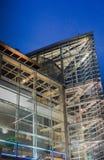 Die Gebäudezusammenfassung nachts Lizenzfreie Stockbilder