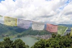 Die Gebetsflaggen und die Pokhara-Stadt an der Weltfriedenspagode stockfotos