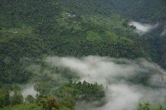 Die Gebirgsfelder in Annapurna-Stromkreis stockfotografie
