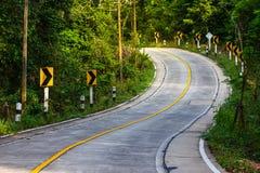 Die Gebirgsstraßenansicht in Thailand, Kurvenstraße stockfotos