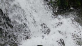 Die Gebirgsstromflüsse abwärts mit Kaskaden stock footage