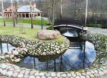 Die gebogene Brücke über den Kanal Stockfoto
