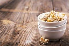Die gebratenen Acajounüsse, die mit einem Honig beschichtet werden, glasieren und besprühten weiße Samen des indischen Sesams in  Lizenzfreies Stockfoto