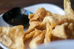 Die gebratenen Mehlklöße mit süßer Soße Stockfotografie