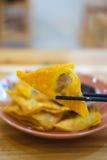 Die gebratenen Mehlklöße mit süßer Soße Stockfoto