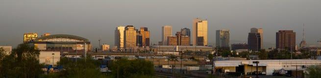 Gebäude von Skylinen Phoenix Arizona vor The Sun-Aufstiegen Stockfotos