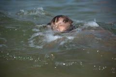 Die Gefahr dass die Kinderspiele unter Wasser ohne Überwachung eines Erwachsenen lizenzfreies stockbild