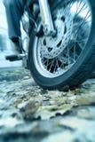 Die Gefahr des Reitens eines Motorrades auf nasse Blätter Lizenzfreie Stockfotografie
