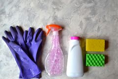 Die Gegenstände für räumen nach Hause auf Werkzeuge für Hausarbeit stockbild
