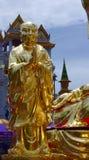 Die geglittene Statue von bodhisatva vor goldenem Buddha Tempel Wat Traimits alias, Bangkok, Thailand Lizenzfreie Stockfotos