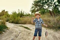 Die gehende Fischerei Fisher-Jungen Lizenzfreie Stockbilder
