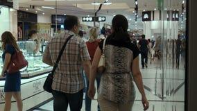 Die gehenden Leute im Mall stock video
