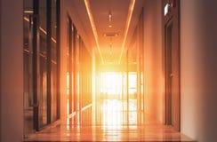 Die Gehwege im Hotel und im Sonnenunterganglicht stockbild
