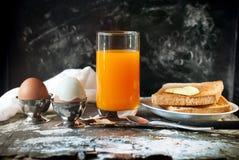 Die gekochte Reihe ärgert orange Juice Toasts Spoon Breakfast Stockfoto