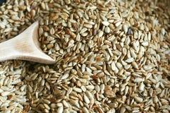 Die gekochten Samen auf der Wanne Hölzerner Löffel Stockbilder