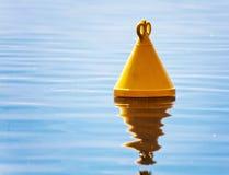 Die gelbe Boje im Meer Lizenzfreie Stockbilder