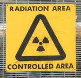 Die gelbe gesteuerte Strahlung sind Warnzeichen Stockfotografie