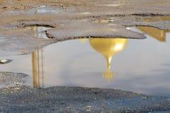 Die gelbe (Gold) Haube der Kirche mit dem Kreuz wird reflektiert Lizenzfreies Stockfoto