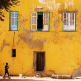 Die gelbe Wand in Goree-Insel in Senegal lizenzfreie stockfotografie