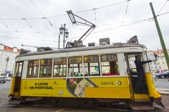 Die gelben Trams von Lissabon Stockbild