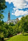 Die Gemeindekirchenansicht unter den Bäumen Stockfotografie